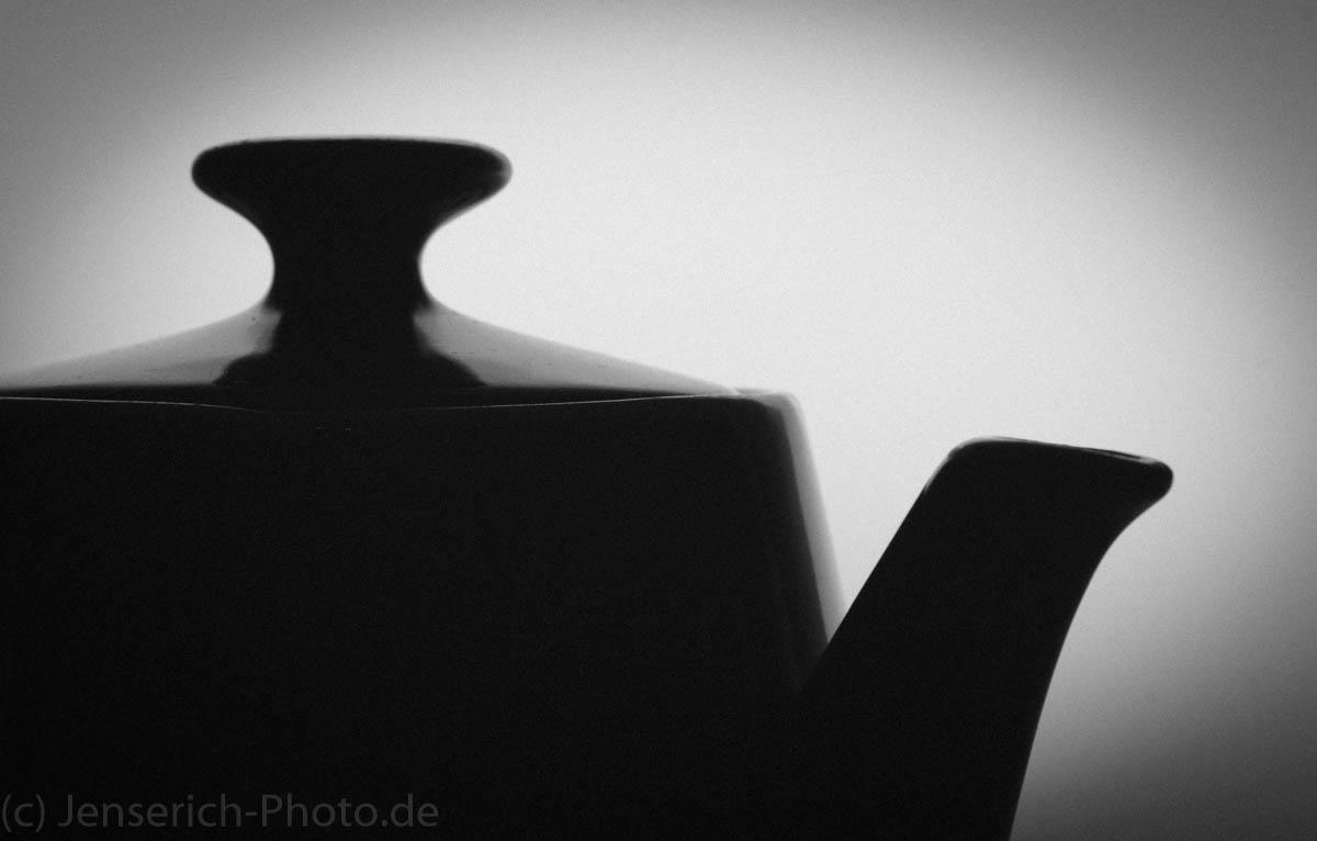 Opas Teekanne in schwarz-weiss