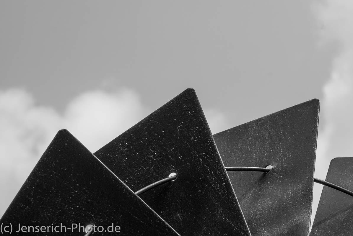 Eine Gartenwindmühle in schwarz-weiss