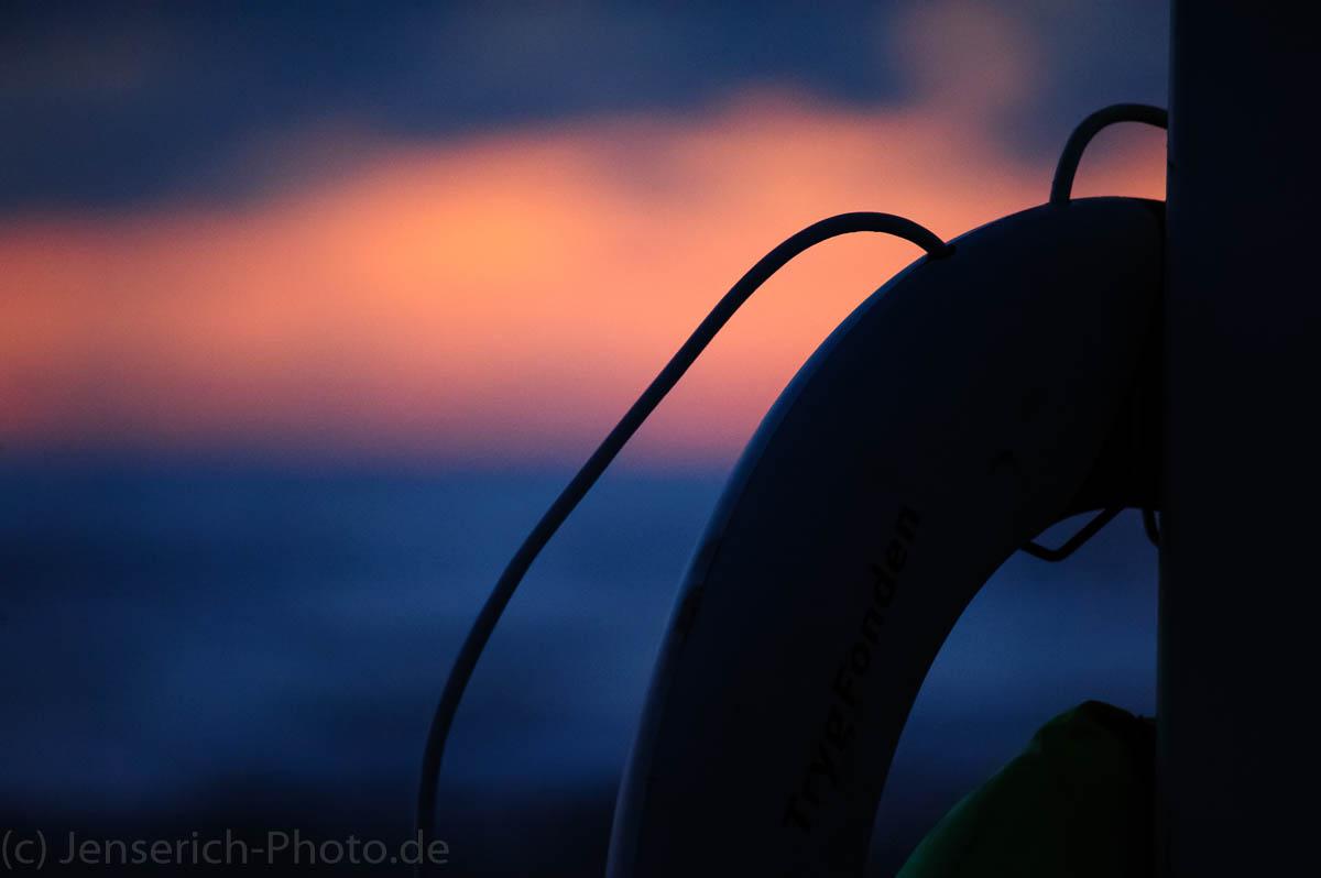 Abendstimmung an der Nordsee in Dänemark - Rettungsring am Strand