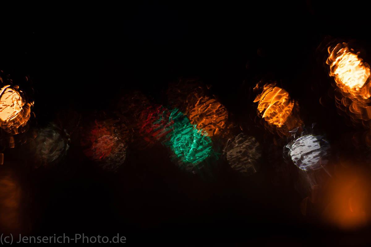 Durch die nasse Windschutzscheibe des Autos fotografiert