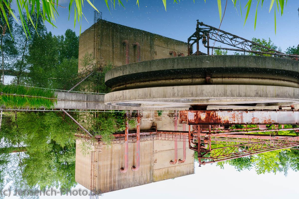 Wasserspiegelung einer Industrieanlage im LaPaDu