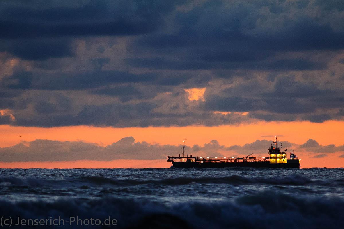 Ein Schiff welches Sand hin und her transportiert vor Dänemark